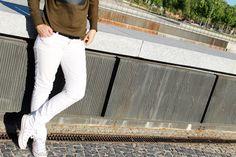 Look casual con sudacamiseta kaki con mensaje de Zara SS15, vaqueros blancos de Stradivarius de otra temporada y  converse blancas.