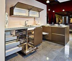 SieMatic-Musterküche Stilvolle Küche mit Halbinsel: Ausstellungsküche in…