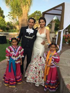 Mexican wedding bride and groom Mexican Fashion, Mexican Outfit, Mexican Dresses, Mexican Bridesmaid Dresses, Mexican Style, Mexican Wedding Traditions, Mexican Themed Weddings, Quince Dresses, 15 Dresses