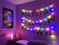 Stranger things bedroom goals 😍 😍 😍 😍 😍 room/d Stranger Things Aesthetic, Stranger Things Funny, Stranger Things Netflix, Stranger Things Christmas, Stranger Things Halloween Decorations, Joyce Stranger Things, Tumblr Photo Wall, Diy Room Decor, Dorms Decor
