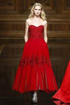 Tony Ward Couture Collection Fall Winter 2016 Fashion Show in Paris Couture Fashion, Runway Fashion, Live Fashion, Fashion Show, Red Evening Gowns, Classic Wedding Gowns, Red Carpet Dresses, Beautiful Outfits, Strapless Dress Formal