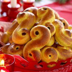 Lussebullarna blir extra saftiga med kesella i degen. Christmas Treats, Christmas Cookies, Christmas Diy, Xmas, Swedish Christmas, Scandinavian Christmas, Holiday Crafts, Holiday Recipes, Healthy Recepies
