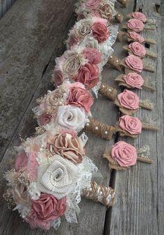 Bridal bouquets y boutonnieres en pink blush y champagne con arpillera en color marfil estilo shabby chic. La decoración de bodas en blush se adapta a todos los estilos.