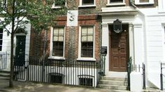 Step into the home of Victorian writers Thomas and Jane Carlyle at the National Trust& Carlyle& House in London. Kensington And Chelsea, Kensington London, Chelsea London, Unusual Buildings, Luxury Services, London Museums, London Apartment, Grand Homes, Serviced Apartments