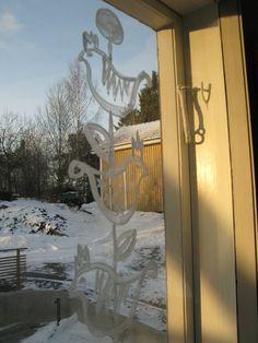 Piimällä voi maalata tai sumentaa ikkunan. Ei haise enää kuivuttuaan.