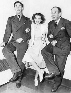 Ray Bolger, Judy Garland and Bert Lahr in 'We're Off to See the Wizard' pose, circa 1939 Golden Age Of Hollywood, Vintage Hollywood, Hollywood Stars, Classic Hollywood, Wizard Of Oz Movie, Wizard Of Oz 1939, Judy Garland, Classic Movie Stars, Classic Movies