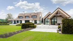 witte villa rieten dak stucwerk gevel zwarte kozijnen natuursteen stalen kozijnen overdekt terras ArendGroenewegen Architect