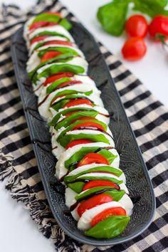 Insalata Caprese- Italiensk sallad - ZEINAS KITCHEN Italian Food Menu, Italian Salad, Party Food Platters, Healthy Snacks, Healthy Recipes, Good Food, Yummy Food, Snacks Für Party, Food Decoration