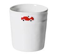 Ravissante timbale en porcelaine de Limoges coulée et peinte à la main, représentant 3 petits bolides rouges qui tournent autour de la timbale. C&#...