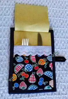 Eba!!!!  Hora do almoço no trabalho!!! A comidinha já chegou e vamos todos para o refeitório, você abre sua bolsa e retira dela este port...