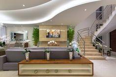 Salas de estar e jantar integradas e com lareira revestida de mármore! - DecorSalteado