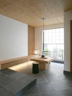 玄関を開けると囲炉裏が暖かく迎えてくれます。天井の素材には葦を使い、招かれた方もくつろげる、ほっとさせるインテリアを目指しました。 Modern Japanese Interior, Japanese Furniture, Japanese Modern, Modern Interior, Zen Design, Modern House Design, Irori, Tatami Room, Style Japonais