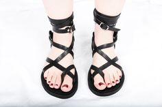 Personalizadas hechas a mano sandalias de cuero - tiras - griego - romano - planas - sandalias gladiador. Muchos colores. :) de DarkSideofNorway en Etsy https://www.etsy.com/mx/listing/216643950/personalizadas-hechas-a-mano-sandalias