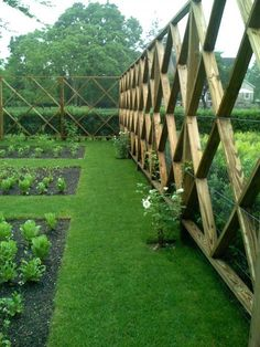 DEER PROTECTION - SUPER NICE Protect your garden from deer in a stylish way! Southampton-based landscape designer Lisa Bynon created this inspired deer fence to protect her vegetable and flower garden. A must see article! Lots of pics. Diy Garden Fence, Garden Gates, Side Garden, Garden Bed, Easy Garden, Deer Fence, Rabbit Fence, Pallet Fence, Rabbit Wire