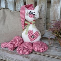 Este es el gato del famoso escultor-pintor Romero Britto                     ... Draft Stopper, Cat Cushion, Crochet Videos, Cat Toys, Softies, Pin Cushions, Projects To Try, Embroidery, Sewing