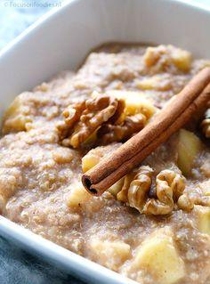 Glutenvrij en suikervrij quinoa ontbijt met appel en kaneel