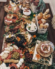Wedding grazing tables are the latest foodie trend for your big day. Don't miss these fantastic wedding food ideas. Antipasto, Brunch, Party Food Platters, Charcuterie And Cheese Board, Cheese Boards, Grazing Tables, Wedding Catering, Charcuterie Wedding, On Your Wedding Day