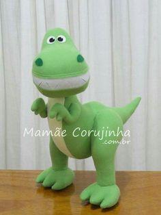 Dinossauro feltro Felt Diy, Felt Crafts, Diy And Crafts, Sewing Stuffed Animals, Dinosaur Stuffed Animal, Felt Dragon, Felt Animal Patterns, Felt Ornaments, Felt Animals