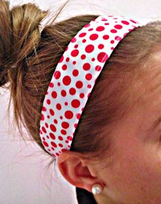 No-slip Headband: This headband tutorial requires an average level of skill with the sewing machine. These headbands really stay on your head without being too tight and the size can be adjusted. You can wear them on a run, at home or out and about! Caddy Bag, No Slip Headbands, Headband Tutorial, Sewing, How To Wear, Hair, Project Ideas, Projects, Masks