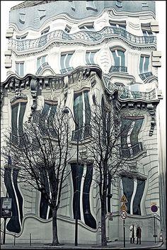 ceci n'est pas un effet optic mais une bache qui cache les travaux effectués sur une facade d'immeuble