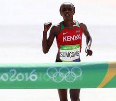 Con 2:24:04 J.Sumgong de Kenia gana el Maratón Olímpico en Rio 2016 dándole la primera medalla en la historia de Kenia en los 42k femeninos