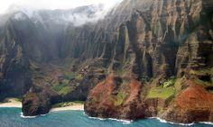 Hawaï est célèbre pour ses magnifiques paysages. C'est aussi un endroit idyllique pour les amateurs de surf et les jeunes mariés.