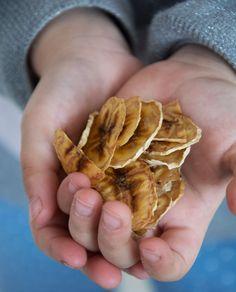 Opskrift på bananchips - ca en dl færdige bananchips Snack Recipes, Healthy Recipes, Healthy Food, Hannukah, Food Humor, Stuffed Mushrooms, Brunch, Chips, Sweets