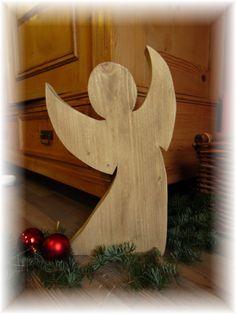 Ein schöner schlichter Engel aus Bauholz  in braun . die Farbe ist ganz verwässer aufgetragen ,damit  die Holzstrucktur noch zu sehen ist .   Der Engel  ist aus 5cm dicken Bauholz gesägt,was ihm...