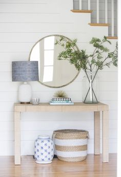 Check this, you can find inspiring Photos Best Entry table ideas. of entry table Decor and Mirror ideas as for Modern, Small, Round, Wedding and Christmas. Cheap Home Decor, Diy Home Decor, Spring Home Decor, Home Decoration, Decor Crafts, Coastal Entryway, Coastal Cottage, Coastal Decor, Entryway Ideas