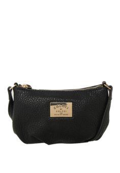 Bolsa Colcci Pequena Preta, com alça de ombro de 110cm, aplique de logo em placa de metal, bolso interno e fecho principal por zíper. Medidas: Larg: 21cm / Alt: 12cm / Prof: 4cm.