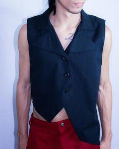 Colete com lapelas e pontas irregulares - Moda masculina e sustentável, para homens com estilo alternativo