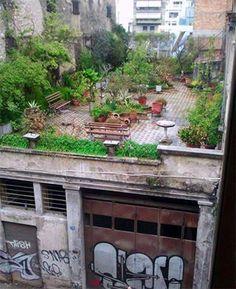 Terraza con bonito ambiente, sobre edificio no tan bonito