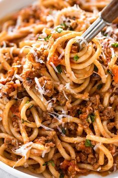 Spaghetti Bolognese - A bowl of spághetti bolognese is the kind of comfort food thát nourishes both the body ánd the soul, ánd it's just the recipe to prepáre when á heárty, love-filled pástá dish is whát you're hungry for. #deliciousrecipe #dinnerrecipe #food #familyrecipe #maincourse #dish #cookingrecipe #weeknight #weekend  #dinner #recipes #american #spaghetti #bolognese