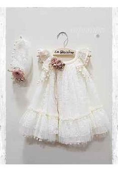 vaptistika rouxa - σελίδα 2 Baptism Outfit, Baptism Dress, Gowns For Girls, Girls Dresses, Flower Girl Dresses, White Frock, Vintage Baby Dresses, Wedding Pillows, Baby Sewing Projects
