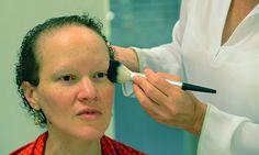4. Utilizamos polvos transparentes que aplicamos en la parte de las cejas para que la piel no esté grasa y no se quite nuestra línea.