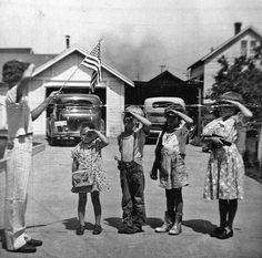 Kinderen begroeten de vlag