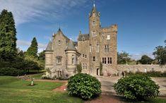 Este castelo em Edimburgo, na Escócia, é uma biblioteca, mas possui um apartamento de três quartos. Está à venda por £ 795 mil (algo em torno de R$ 3,2 milhões) (Fotos: Reprodução/Telegraph)