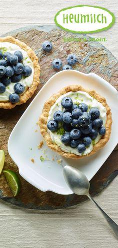 Heumilch Tarteletts mit Limettencreme und Heidelbeeren. Buffet, Pancakes, Oatmeal, Brunch, Pudding, Breakfast, Desserts, Food, Eat Lunch