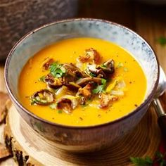 Pompoensoep met gebakken paddenstoelen Veggie Recipes, Soup Recipes, Vegetarian Recipes, Cooking Recipes, Healthy Recipes, Beef Recipes, Easy Recipes, Dinner Recipes, Good Food