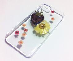 イチゴとドライフラワーをレジンでコーティングしたiPhoneケースです。苺 / マーガレット / ドライフラワー / 押し花 / お花|ハンドメイド、手作り、手仕事品の通販・販売・購入ならCreema。