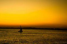Barco em alto mar no Por do Sol da Barra