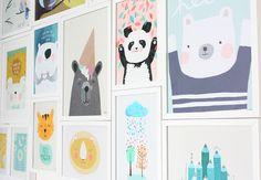 Schöne Kinderzimmerwand mit verschiedenen gerahmten Prints