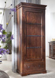 Schrank der OXFORD-Serie. Der Kolonialstil vereint gekonnt klassische Elemente und kulturelle Einflüsse aus Asien und Afrika. Die wunderschöne Maserung der indischen Akazie ist in einem dunklen, warm schimmernden Honigton lackiert. #möbel #holz #massivholz#wood #wooddesign #wohnzimmer #livingroom #livingroomideas #interior #home #decor #einrichtung #furniture #storage #ideas #akazie #acacia #kolonialstil #colonialstyle #massivmoebel24 #schrank #wardrobe #wohnzimmerschrank #schraenke