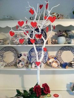Some Simple Home Crafts For Valentine's Day Gifts Valentine Tree, Valentines Art, Valentines Day Decorations, Home Crafts, Arts And Crafts, Decoration Vitrine, Store Window Displays, Store Windows, Shop Front Design