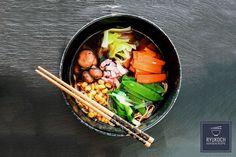 Leckeres japanisches Rezept Ramen Fragen & Antworten zum nachkochen ✅ in 32 Minuten ✪ Zutaten: Dashi (Fischbrühe), Frühlingszwiebeln, Ingwer, Kaiserschote, Knoblauchzehe, Kohl