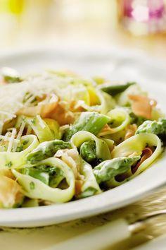 Op zoek naar een lekker pastagerecht met groene asperges? Probeer eens deze tagliatelle met een heerlijk roomsausje gevuld met groene asperges, parmaham en groene kruiden. #aspergeseizoen #soloopenkitchen #dasgoudinjekeuken Pasta Recipes, Cooking Recipes, Healthy Recipes, Running Diet, Runners Food, Hello Fresh Recipes, Lekker Pastagerecht, Work Meals, Big Meals
