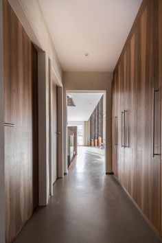 Sol en teinte sofia matieres Marius Aurenti  #beton #betoncire #couloir #corridordesign #dressing #home Marius Aurenti, Deco Design, Divider, Architecture, Room, Furniture, Dressing, Home Decor, Floor Heater