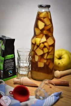 Gifts from the kitchen - quince liqueur - Sommer im Glas - Schnaps Lavender Syrup, Dog Food Recipes, Healthy Recipes, Homemade Liquor, Long Drink, Best Butter, Christmas Punch, Easy Detox, Party Buffet