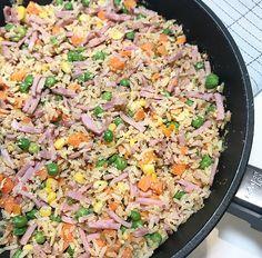 Stekt ris - en super enkel og rask hverdagsmiddag! Easy Healthy Recipes, Veggie Recipes, Asian Recipes, Ethnic Recipes, Veggie Food, Easy Cooking, Cooking Recipes, Vegetarian Cooking, Norwegian Food