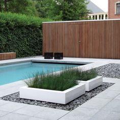 Zwembad met Natuurlijke materialen: hout, kiezelsteentjes en gras. Nice